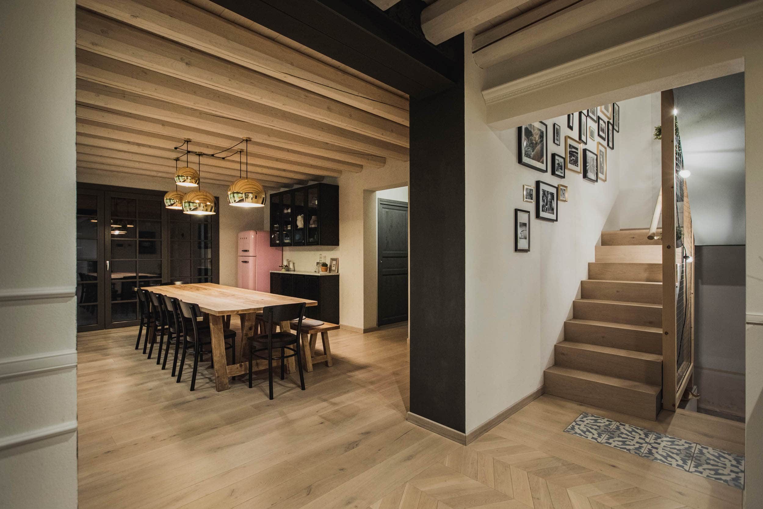 SPHERE_cucina_pranzo (3)_villa_SC_scort_lampada_design_soffitto_travi_vista_illuminazione_led