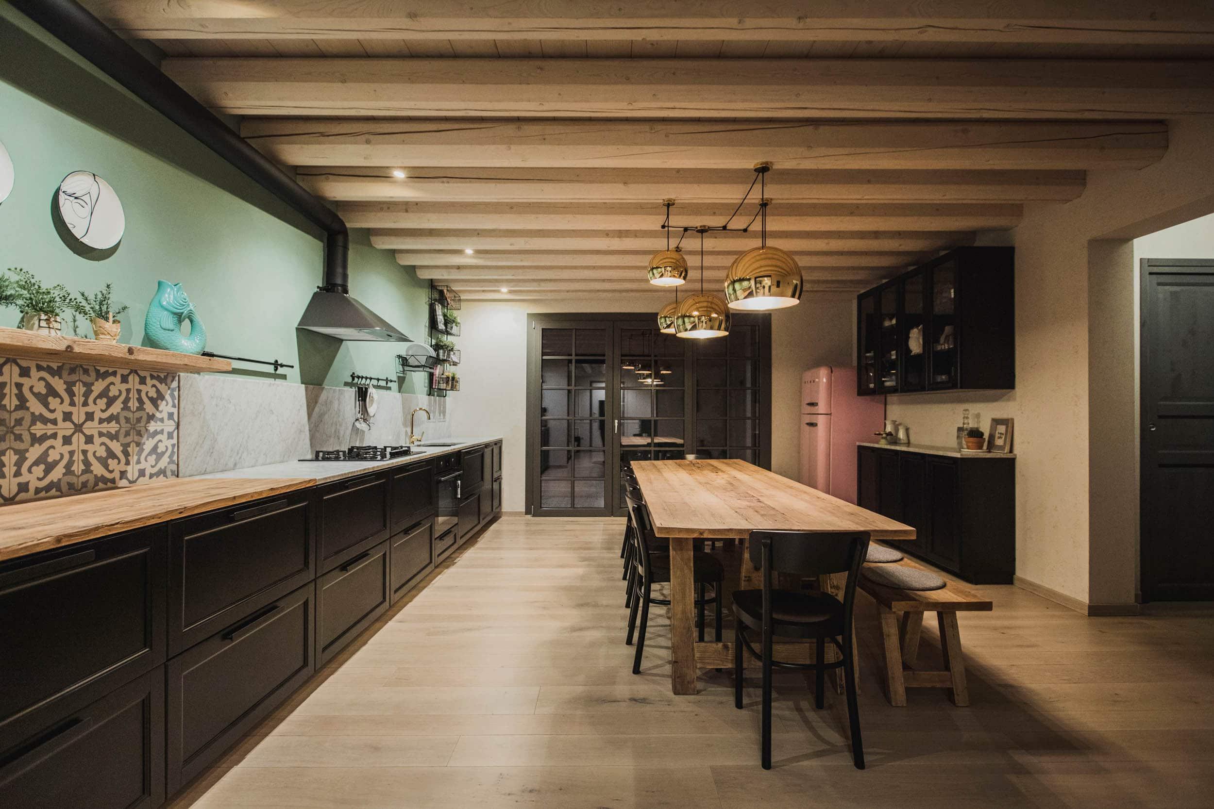 SPHERE_cucina_pranzo (4)_villa_SC_scort_lampada_design_cucina_soffitto_travi_vista