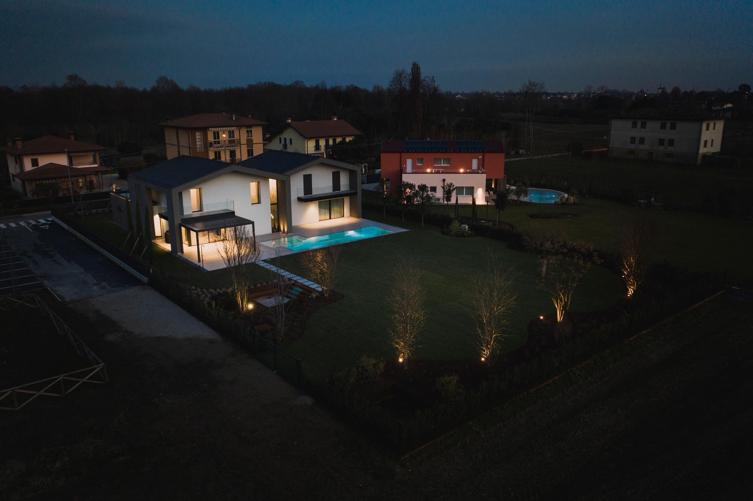 OLEV_esterno_piscina (2)_superior_guglie_illuminazione_viilla_vicenza_lampade_led_giardino